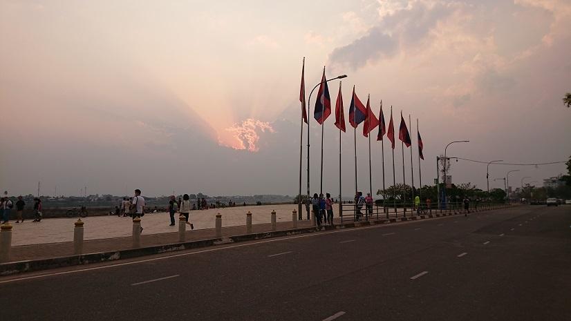 ラオスの夕暮れと旗